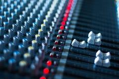 Bureau de mélangeur de studio d'enregistrement sonore : production professionnelle de musique photographie stock