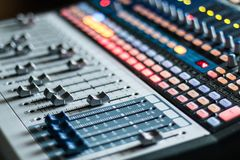 Bureau de mélangeur de studio d'enregistrement sonore : production professionnelle de musique photo libre de droits