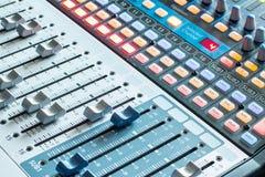 Bureau de mélangeur de studio d'enregistrement sonore : production professionnelle de musique photos libres de droits