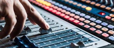 Bureau de mélangeur de studio d'enregistrement sonore : production professionnelle de musique images libres de droits