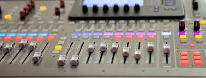 Bureau de m?lange de studio d'enregistrement sonore Panneau de commande de m?langeur de musique photo libre de droits
