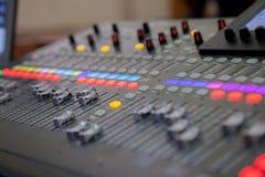 Bureau de m?lange de studio d'enregistrement sonore Panneau de commande de m?langeur de musique photos libres de droits