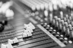 Bureau de m?langeur de studio d'enregistrement sonore : production professionnelle de musique images stock