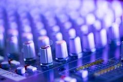 Bureau de m?langeur de studio d'enregistrement sonore : production professionnelle de musique photos stock