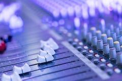 Bureau de m?langeur de studio d'enregistrement sonore : production professionnelle de musique photographie stock libre de droits