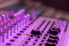 Bureau de m?langeur de studio d'enregistrement sonore : production professionnelle de musique photo stock