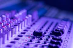 Bureau de m?langeur de studio d'enregistrement sonore : production professionnelle de musique photographie stock