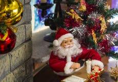 Bureau de Noël des ornements de Santa Claus sur le manteau de cheminée Images stock