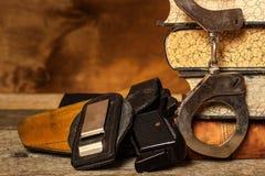 Bureau de police Livres des lois et des menottes de police Enquête sur le crime Arme à feu et lois Loi et commande photographie stock