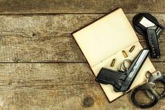 Bureau de police Livres des lois et des menottes de police Enquête sur le crime Vue supérieure Loi et commande photographie stock libre de droits