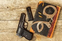 Bureau de police Livres des lois et des menottes de police Enquête sur le crime Vue supérieure Loi et commande images libres de droits