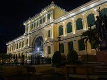 Bureau de poste central de Saigon par nuit dans CBD de Ho Chi Minh, Vietn Image libre de droits