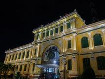 Bureau de poste central de Saigon par nuit dans CBD de Ho Chi Minh, Vietn Photo libre de droits