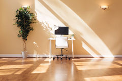 Bureau de poste de travail dans une grande salle Photographie stock libre de droits