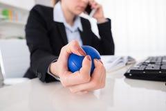 Bureau de Pressing Stressball At de femme d'affaires photographie stock libre de droits