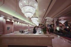 Bureau de réception dans l'hôtel de grand dos des syndicats de Hilton Images libres de droits