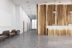 Bureau de réception en bois et blanc, sofas Image libre de droits
