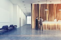 Bureau de réception en bois et blanc, sofas modifiés la tonalité Images libres de droits
