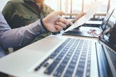 Bureau de réunion d'affaires fonctionnement d'équipage de gestionnaires de comptes de documents image stock