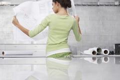 Bureau de Reading Blueprint At de femme d'affaires Image stock