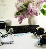 Bureau de siège social Espace de travail femelle Photos stock