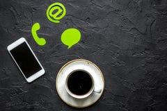 Bureau de société de support à la clientèle avec le signe de contactez-nous et la maquette de vue supérieure de café photos stock