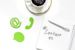 Bureau de société de support à la clientèle avec le texte de contactez-nous et la vue supérieure de signes image stock