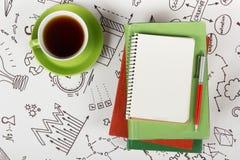 Bureau de table de bureau avec des approvisionnements, bloc-notes vide, tasse, stylo sur le fond blanc de formule de la stratégie Photographie stock