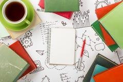 Bureau de table de bureau avec des approvisionnements, bloc-notes vide, tasse, stylo sur le fond blanc de formule de la stratégie Image libre de droits