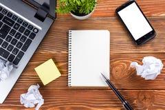 Bureau de table de bureau avec des approvisionnements, note vide blanche Photographie stock
