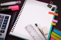 Bureau de table de bureau avec l'ensemble d'approvisionnements de papeterie ou de maths de bureau images stock