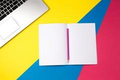 Bureau de table de bureau de vue supérieure Espace de travail avec l'ordinateur portable et le carnet ouvert avec le crayon sur l Photographie stock libre de droits