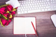 Bureau de travail avec des fleurs et des notes Photographie stock