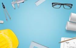 Bureau de travail d'architecte Projets de construction, et accessoires de dessin Images stock