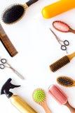 Bureau de travail de coiffeur avec des outils pour des cheveux dénommant sur l'espace blanc de vue supérieure de fond pour le tex Photo stock