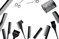 Bureau de travail de coiffeur avec des outils pour des cheveux dénommant sur l'espace blanc de vue supérieure de fond pour le tex Images libres de droits