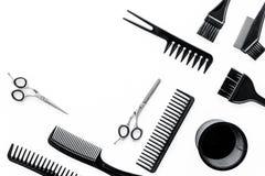 Bureau de travail de coiffeur avec des outils pour des cheveux dénommant sur l'espace blanc de vue supérieure de fond pour le tex Photo libre de droits