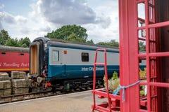Bureau de tri mobile de Royal Mail de style ancien vu sur la voie de garage ferroviaire, encadrée en deux voitures de dormeur images stock