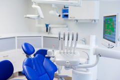 Bureau dentaire de clinique avec le matériel médical Photographie stock libre de droits
