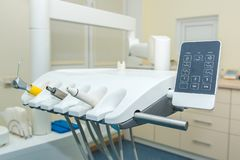 Bureau dentaire Dentiste Chair Un ensemble d'instruments dentaires image libre de droits