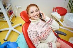 Bureau dentaire, traitement dentaire, prévention de santé images libres de droits