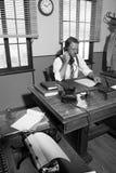 bureau des années 1950 : directeur au téléphone Photo stock