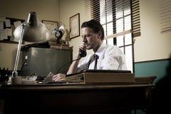 bureau des années 1950 : directeur au téléphone Photos libres de droits