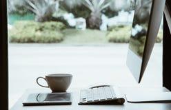 Bureau die aan bureaulijst werken met computer en tablet en coff royalty-vrije stock foto's