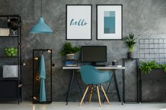 Bureau du ` s d'indépendant avec la chaise bleue Image stock