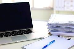 Bureau een stapel computerdocument vormen van het rapportenwerk stock fotografie