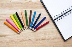Bureau en arte kantoorbehoeftenvoorwerpen op houten lijst met een notitieboekje Royalty-vrije Stock Foto