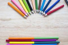 Bureau en arte kantoorbehoeftenvoorwerpen op houten lijst met een notitieboekje Stock Fotografie