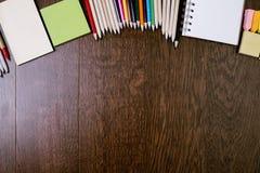 Bureau en bois avec des articles de papeterie Image libre de droits