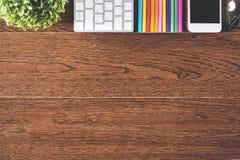 Bureau en bois avec des dispositifs et des approvisionnements Images stock